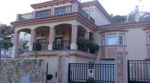 Doppelhaushälfte mit großem Keller In Torremolinos –