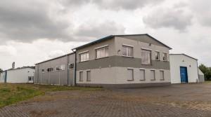 Produktions- und Lagerhallen mit dem Büro. 1.700 M2, Gewerbliches Grundstück 2 Ha, 715 000 Euro. Fra